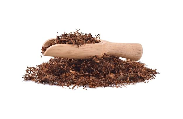 Gedroogde tabak geïsoleerd op witte achtergrond