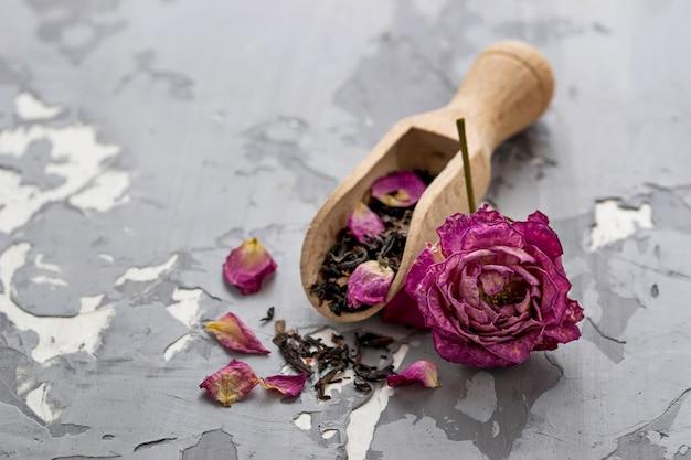 Gedroogde thee met rozenblaadjes