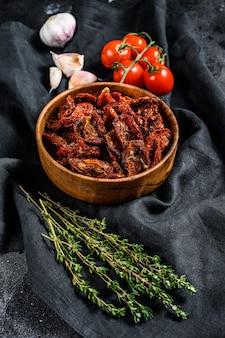 Gedroogde tomaten met knoflook, specerijen en kruiden. recept voor koken met ingrediënten