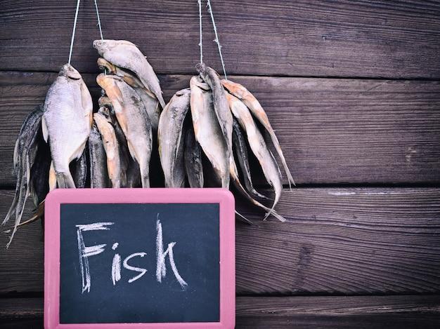 Gedroogde vis hangt aan een touw