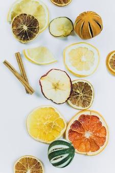 Gedroogde vruchten, citroenen, sinaasappelen, limoen, appels op geïsoleerde achtergrond