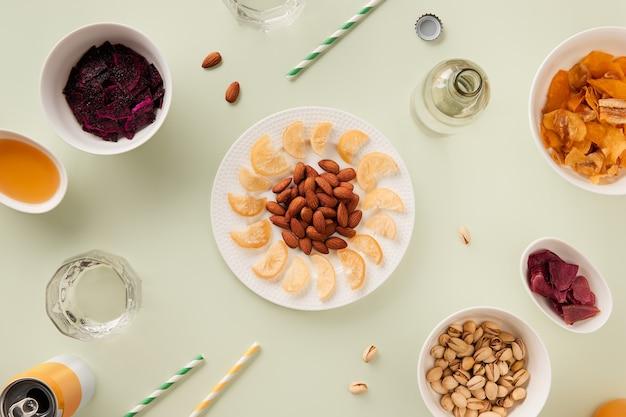 Gedroogde vruchten en noten met saus op groene achtergrond met zonlicht