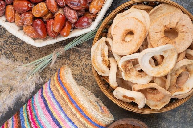Gedroogde vruchten in houten kom op marmeren achtergrond. foto van hoge kwaliteit
