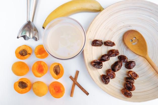 Gedroogde vruchten op witte achtergrond. ingrediënten voor de bereiding van een zoete nek.