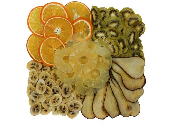 Gedroogde vruchten sinaasappel, kiwi, peer, ananas en banaan op een witte achtergrond