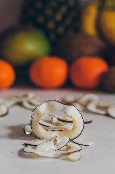 Gedroogde zelfgemaakte gezonde verse gedehydrateerde plakjes kokos
