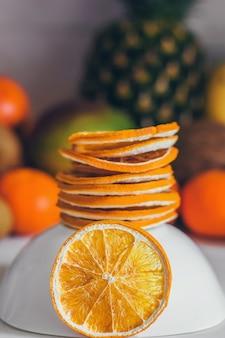 Gedroogde zelfgemaakte gezonde verse gedehydrateerde plakjes sinaasappel