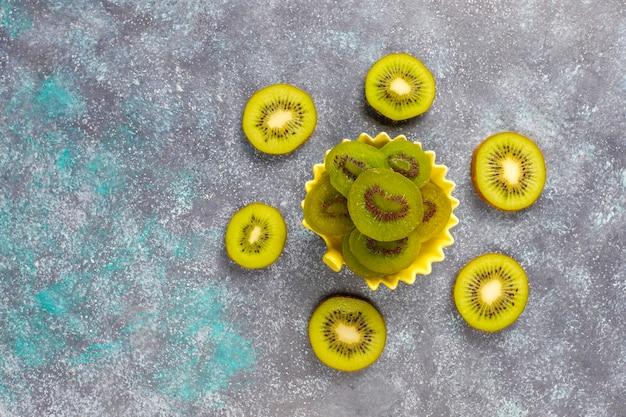 Gedroogde zelfgemaakte kiwi's met verse kiwi.