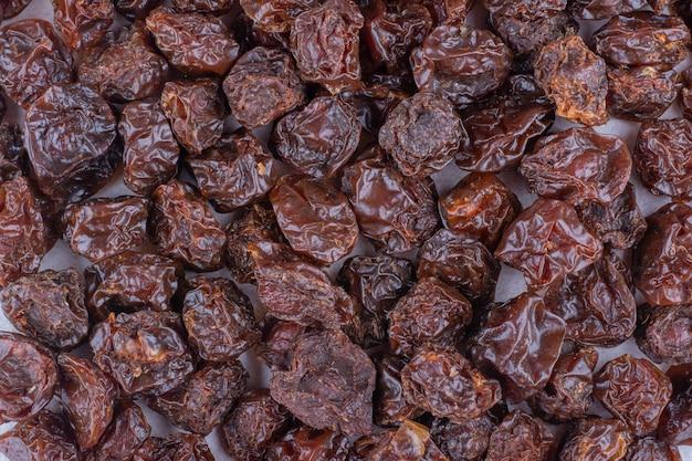 Gedroogde zure kersen geïsoleerd in de bouillon. hoge kwaliteit foto