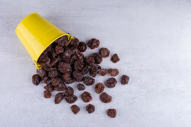 Gedroogde zure kersen in een kopje op betonnen ondergrond. hoge kwaliteit foto