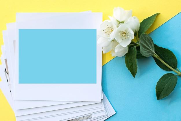 Gedrukte foto's, kaderkaarten, op een turkoois met een witte jasmijnbloem. . copyspace. copyspace