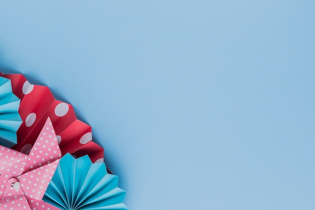 Gedrukte origamidocument ambacht over blauwe achtergrond