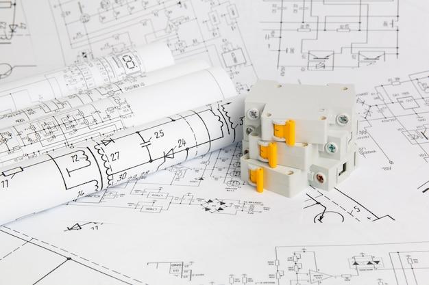Gedrukte tekeningen van elektrische circuits en elektrische stroomonderbreker