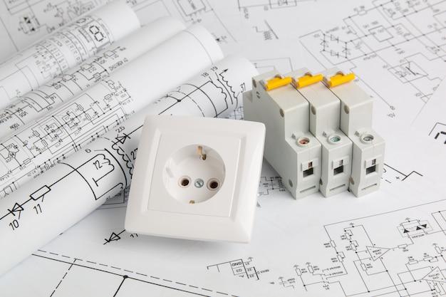 Gedrukte tekeningen van elektrische circuits, stopcontact en stroomonderbrekers