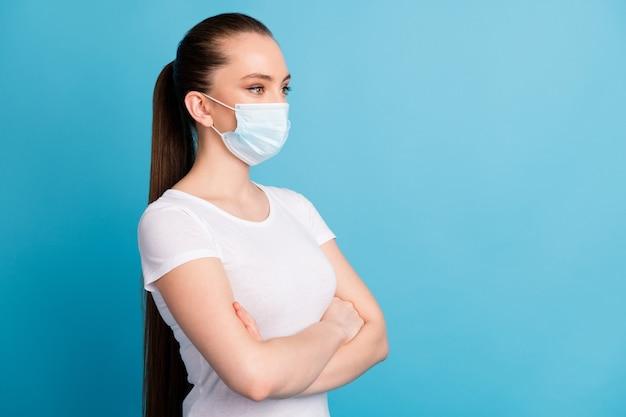 Geduldige beschermende dame draagt een medisch masker