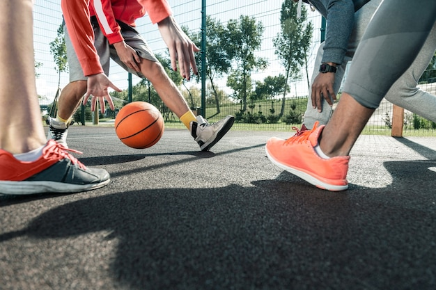 Gedurende het spel. close-up van een basketbalbal die tijdens het spel aan verschillende spelers wordt doorgegeven