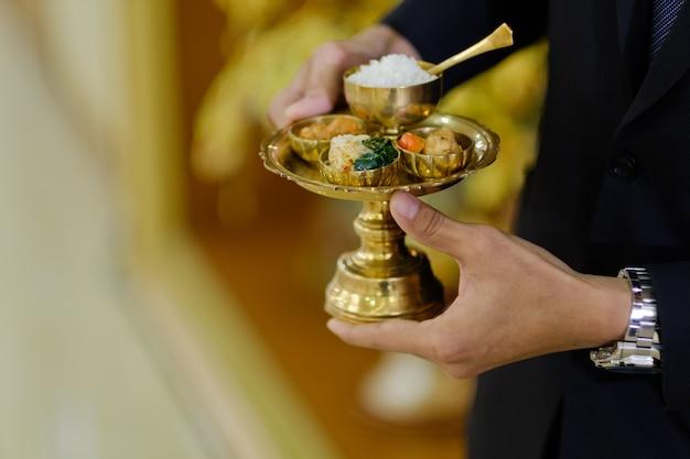Geef aalmoezen aan een boeddhistische monnik