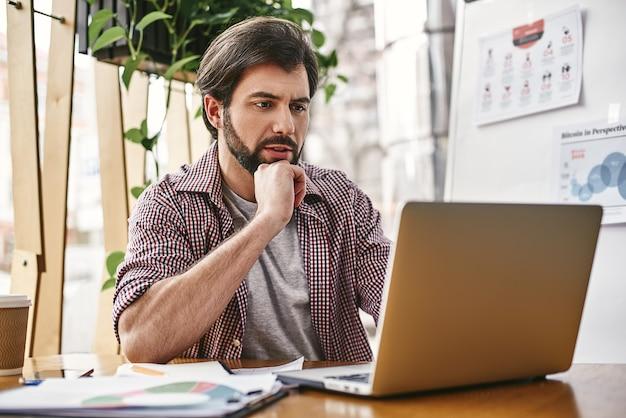 Geef nooit op, blijf je dromen najagen softwareontwikkelaar zit met een laptop in het opstarten