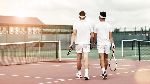 Geef nooit twee tennissers op die de tennisbaan verlaten
