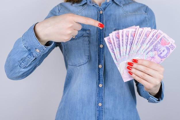 Geef rekening belastingkrediet rente pandjeshuis verdienen investeerder investeringen mensen persoon schuld economie concept. bijgesneden close-up foto van de handen van de dame met rode manicure nagel bedrijf geld geïsoleerde muur