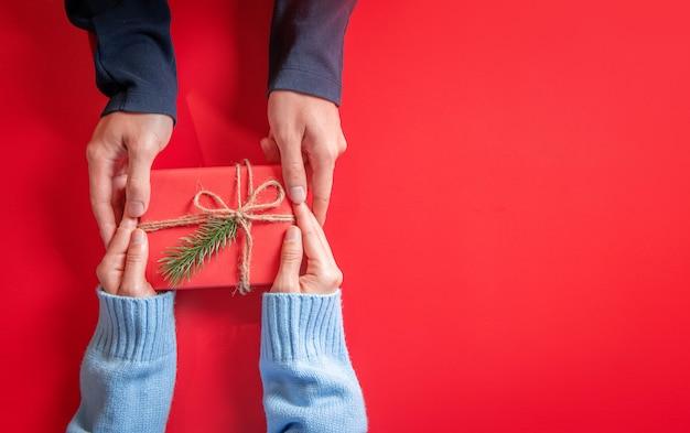 Geeft een kerst- en nieuwjaarscadeau op een rood