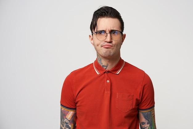 Geek met een ontevreden uitdrukking, wegkijkend door een bril