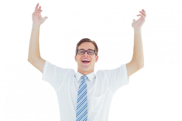 Geeky gelukkig zakenman met armen omhoog