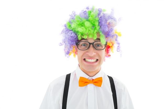 Geeky hipster die een regenboogpruik draagt