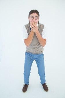 Geeky hipster die zenuwachtig camera bekijken
