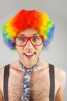 Geeky hipster in afro regenboogpruik