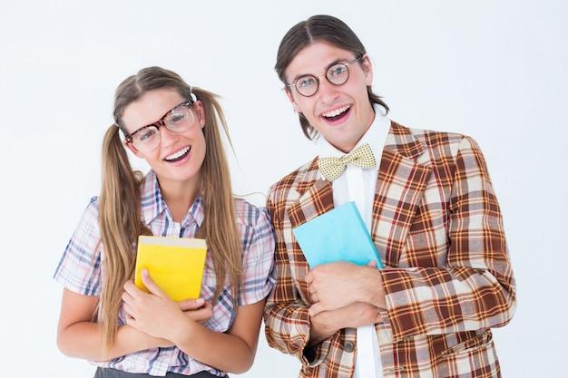 Geeky hipsters die bij camera glimlachen