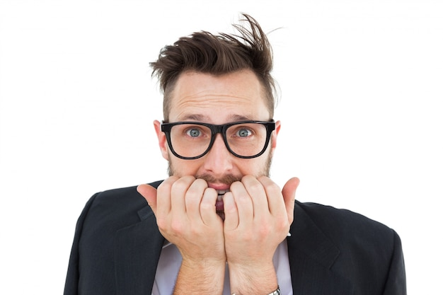 Geeky nerveuze zakenman die camera bekijkt