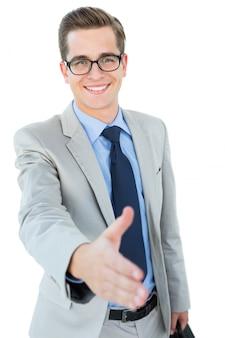Geeky zakenman die zijn hand aanbiedt