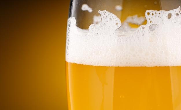 Geel bier in een glasclose-up