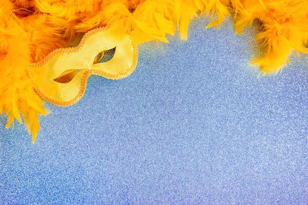 Geel carnaval masker en veren