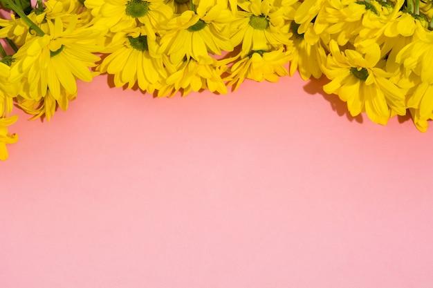 Geel chrysantenboeket op roze achtergrondexemplaarruimte