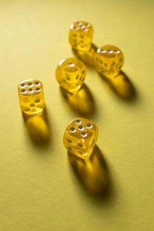 Geel dobbelstenen op gele achtergrond