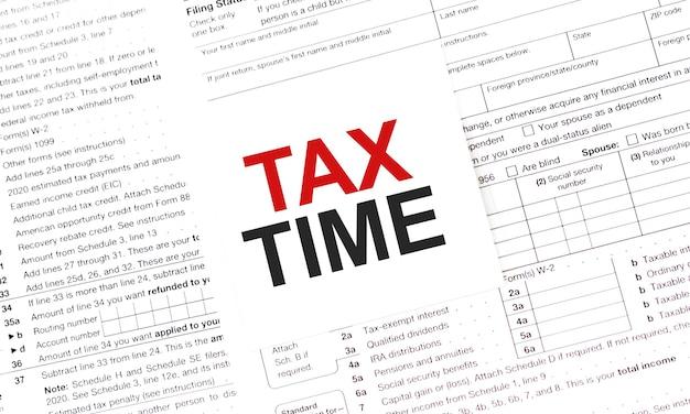 Geel document notitie met woorden belastingtijd.