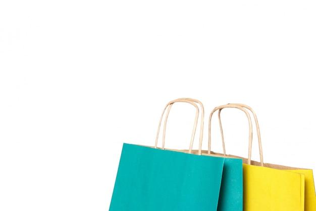 Geel en groen papier boodschappentassen geïsoleerd.