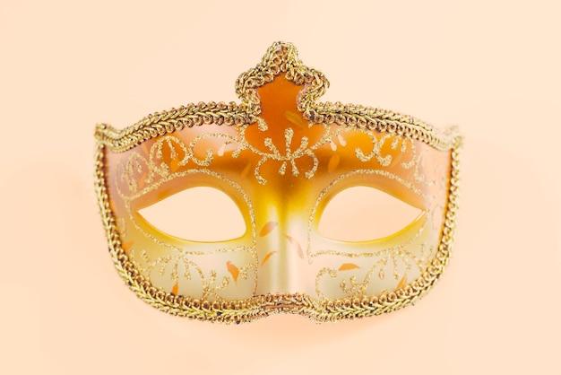 Geel en oranje carnaval masker