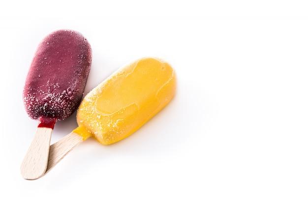 Geel en rood ijslolly dat op wit wordt geïsoleerd