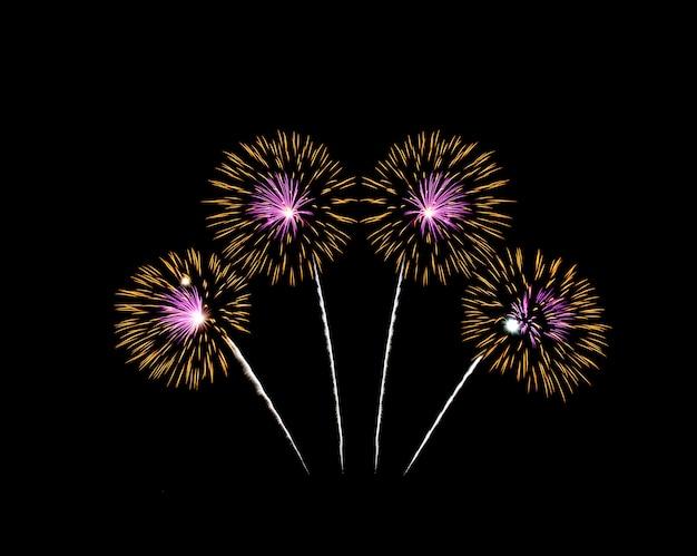 Geel en roze vuurwerk geïsoleerd