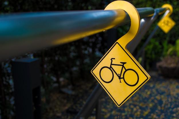 Geel fietsparkeerbord op het strijkijzer