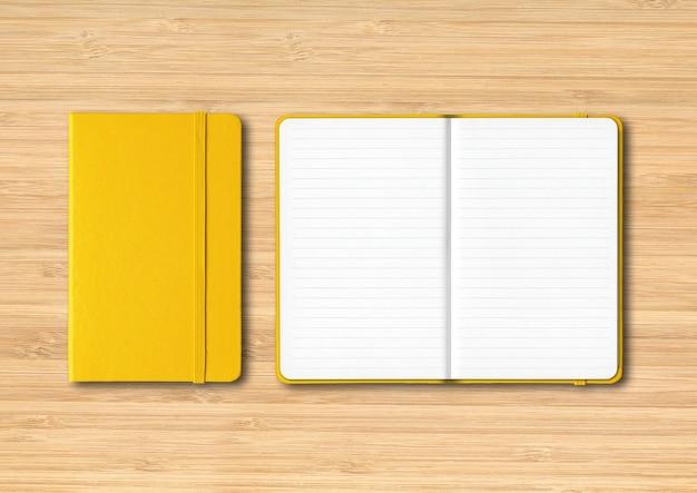 Geel gesloten en open bekleed notitieboekjemodel dat op houten achtergrond wordt geïsoleerd