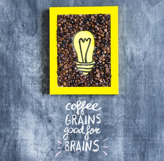 Geel gloeilamp en koffiebonenframe met tekst op bord