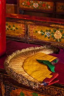 Geel hoedkenmerk van het tibetaans boeddhisme
