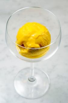 Geel ijs geserveerd in glas