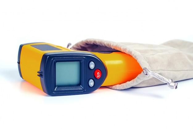 Geel infraroodthermometergeweer dat wordt gebruikt om temperatuur op wit te meten.