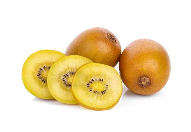 Geel kiwifruit dat op witte achtergrond wordt geïsoleerd