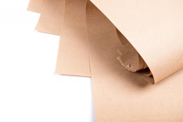 Geel kraftpapier geïsoleerd